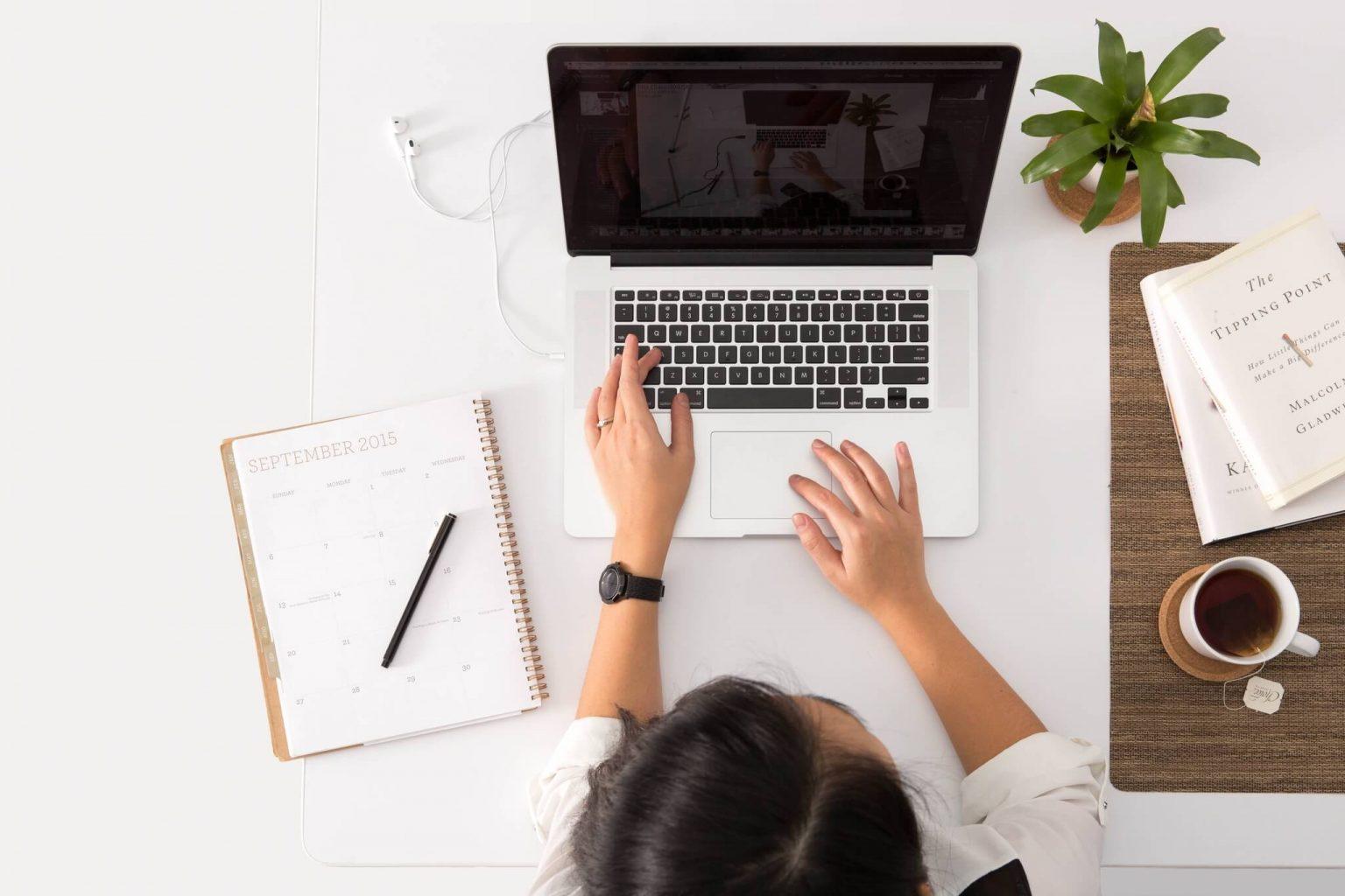 Online taalcursus volgen achter laptop