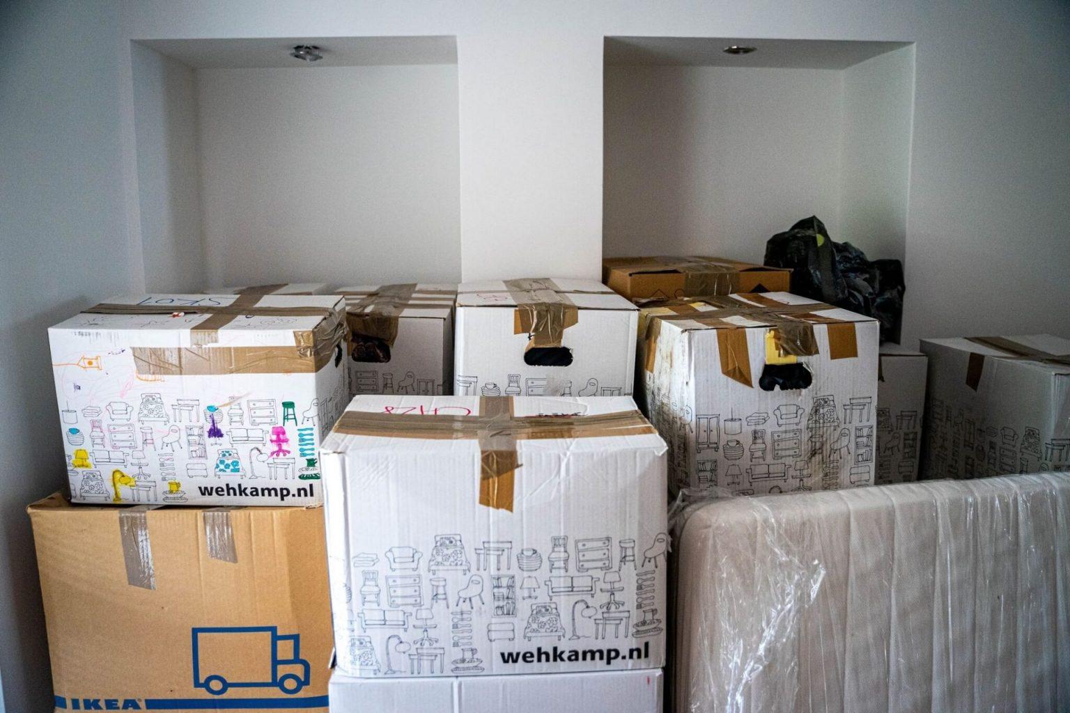 Verhuizen bedrijf gestapelde verhuisdozen