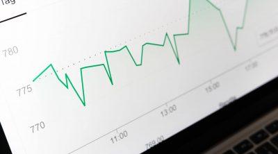 Een scherm met data voor business intelligence binnen een bedrijf